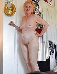 Stunning mature puss poses in sexy stockings