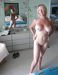 Loose old fatty stretches her pink with big dildo
